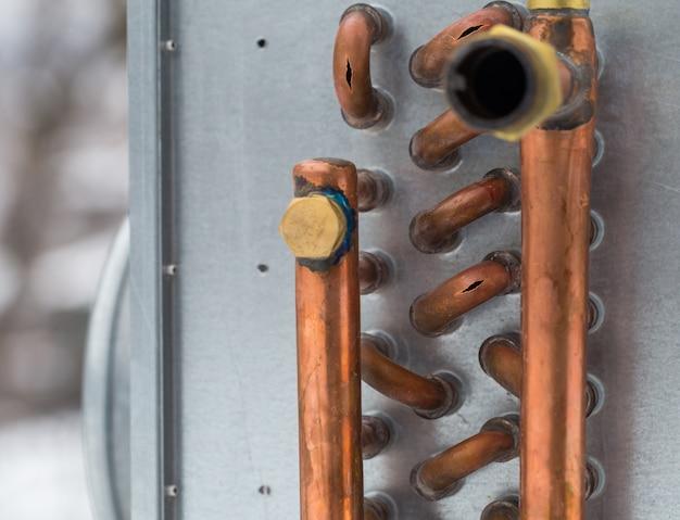Barstte koperen pijpen van de kou, close-up