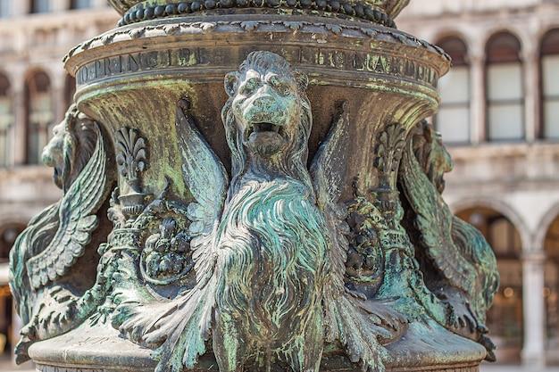 Bas-reliëfdetail uit de renaissance in venetië op het san marcoplein