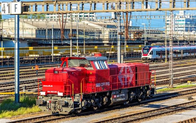 Basel, zwitserland - 9 juni 2016: klasse am 843 diesel rangeerder op het treinstation van basel sbb. deze locomotieven zijn gebouwd door vossloh in 2003-2009