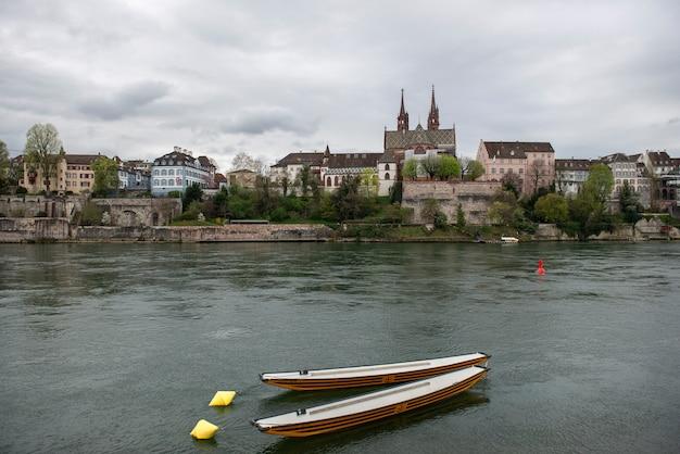 Basel, zwitserland. rijn en de kathedraal van munster, de middeleeuwse stad van de zwitserse bondsstaat