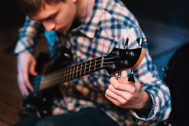 Basgitarist tuning snaren