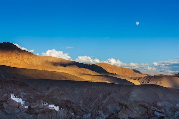Basgo klooster en moonrise in de himalaya. india
