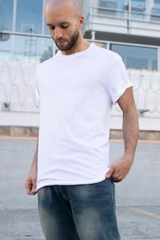 Basic wit t-shirt herenmode kleding outdoor shoot