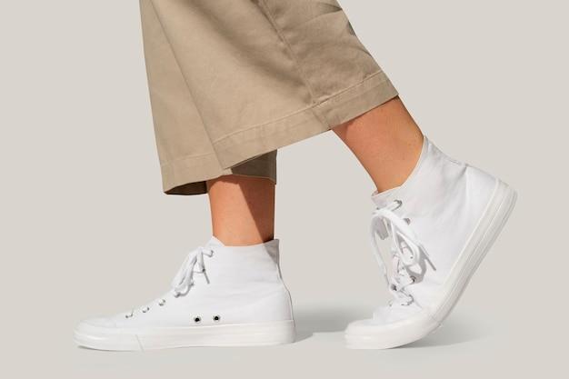 Basic witte sneakers unisex streetwear fashion shoot