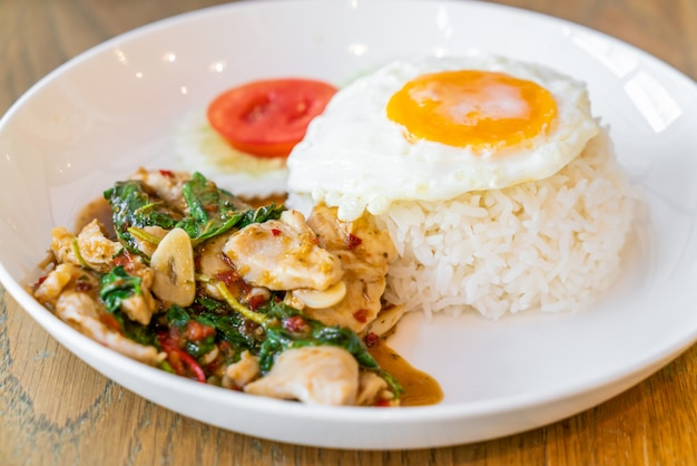 Basil fried chicken en gebakken ei met rijst