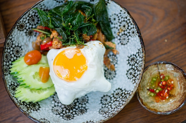 Basilicum, gebakken ei, thais menu dat dit menu altijd bestelt wanneer u maar wilt