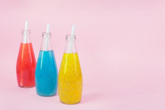 Basilicum zaaddrank in glazen flessen