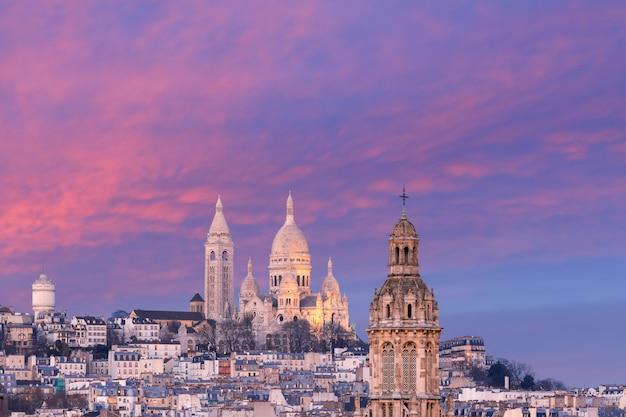Basiliek sacre-coeur bij zonsondergang in parijs, frankrijk