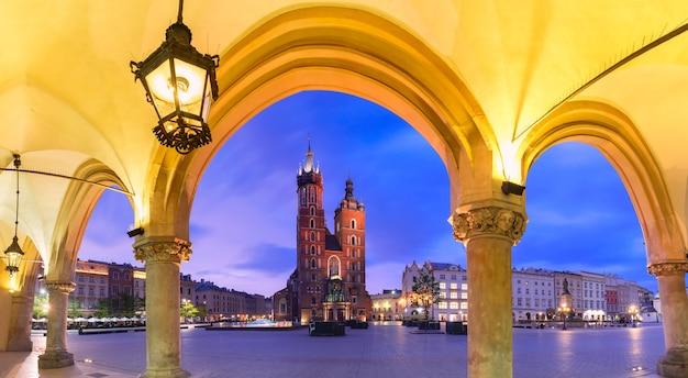 Basiliek van heilige mary op middeleeuws hoofdmarktvierkant zoals die van krakau wordt gezien doekstop bij zonsondergang, krakau