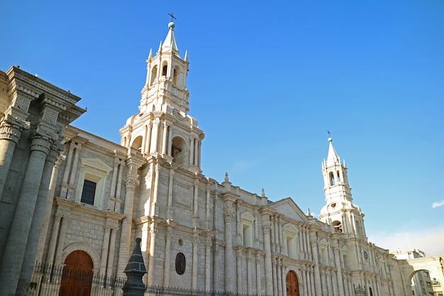 Basiliekkathedraal van arequipa, het beroemde oriëntatiepunt op plaza de armas-vierkant van arequipa, peru