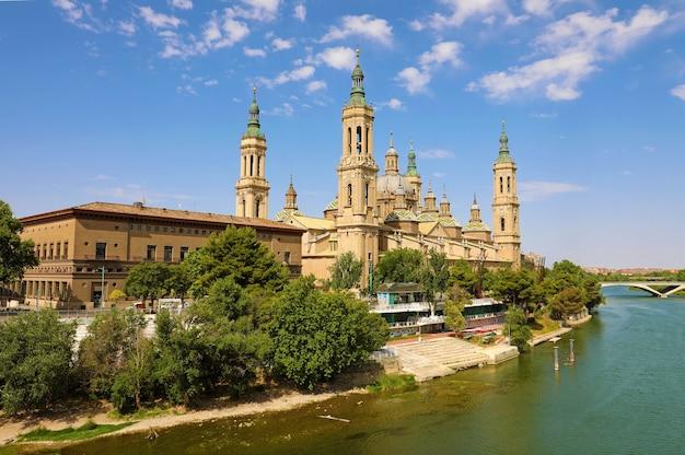 Basiliekkathedraal van onze lieve vrouw van pijler en ebro-rivier in zaragoza, spanje