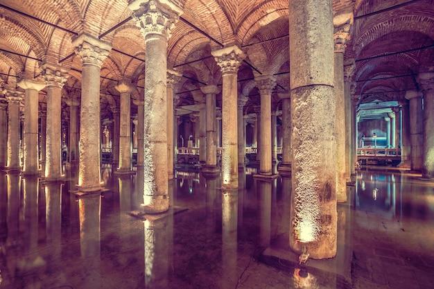 Basiliekreservoir is het grootste oude ondergrondse reservoir in istanboel dat werd gebruikt om op te slaan