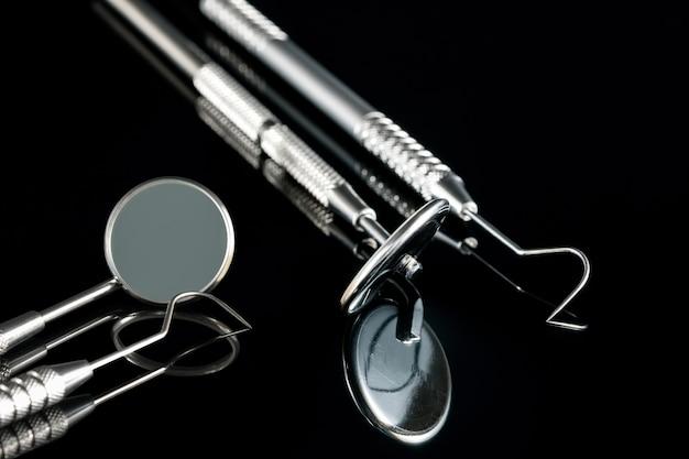 Basis tandartshulpmiddelen op zwart