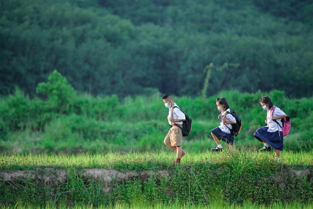 Basisschoolleerlingen die naar school lopen