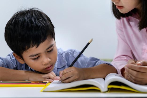 Basisschoolleerlingen in de klas
