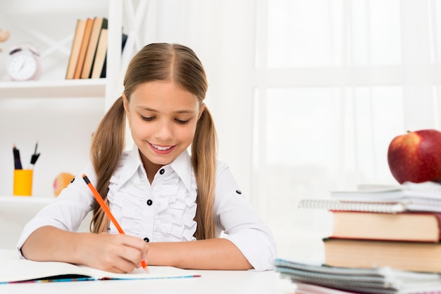 Basisschoolmeisje die thuiswerk doen