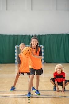 Basketbal. een meisje dat zich klaarmaakt om de bal naar de mand te gooien