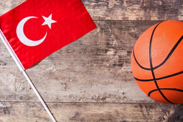 Basketbal en de vlag van turkije op houten tafel