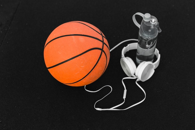 Basketbal en koptelefoon op het veld