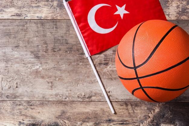 Basketbal en turkije vlag op houten tafel met kopie ruimte