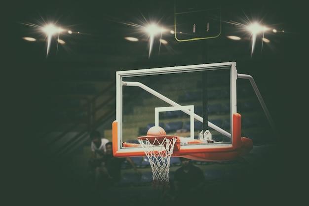 Basketbal gaat door net en scoren tijdens wedstrijd, wazig en soft focus