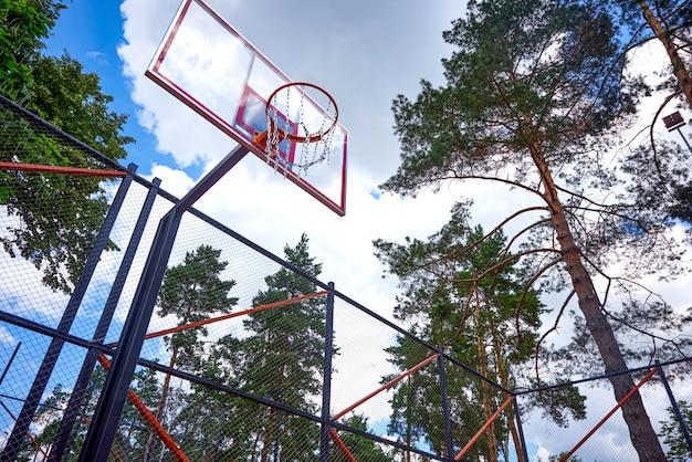 Basketbal hoepel bij daglicht