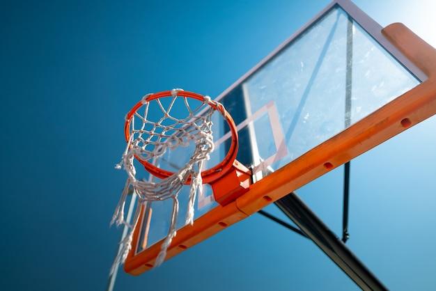 Basketbal hoepel close-up buitenshuis blauwe lucht op de achtergrond