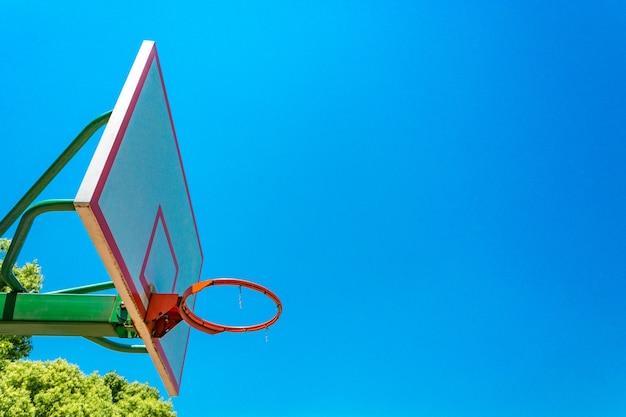 Basketbal hoepel en backboard met blauwe hemel