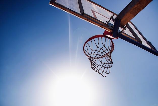 Basketbal hoepel met blauwe hemel