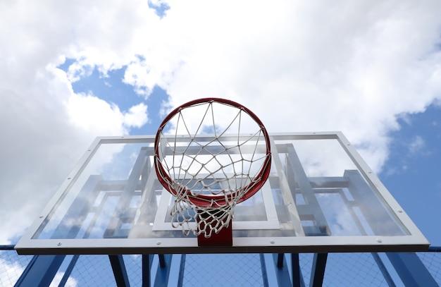 Basketbal hoepel op een straat basketbalveld