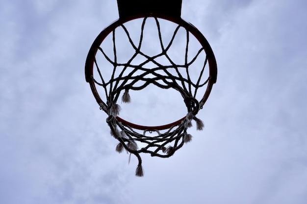 Basketbal hoepel silhouet in de straat, straat mand in bilbao stad spanje