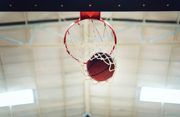 Basketbal in hoepelnet