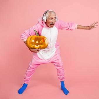 Basketbal man met pompoen met heldere emotie op roze. copyspace voor uw advertentie. modern ontwerp. eigentijds kunstwerk, collage. concept van halloween, nacht van angst, trick or treat, jack-o-lanterns