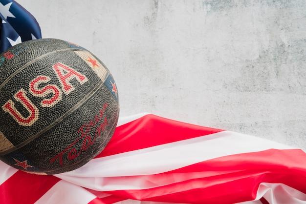 Basketbal met de vlag van de vs