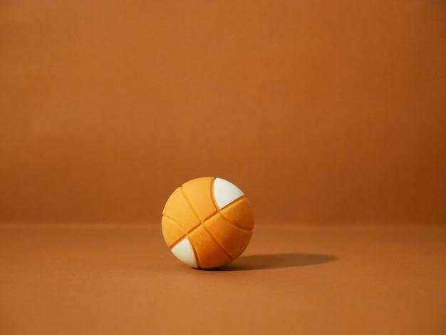 Basketbal met kopie ruimte op bruine achtergrond.