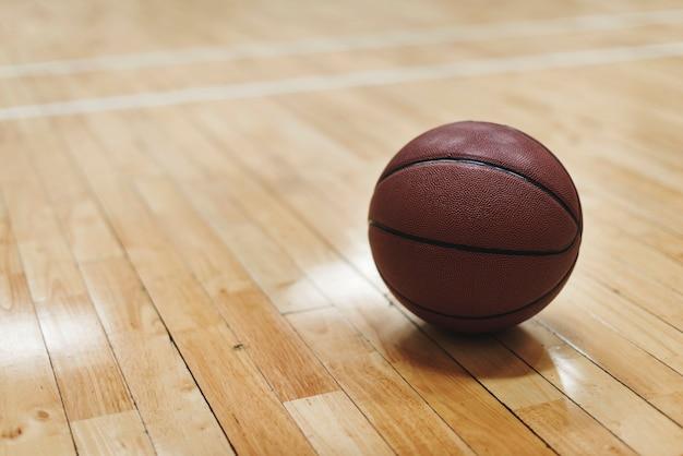 Basketbal op houten vloerhof