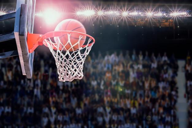 Basketbal scoren tijdens wedstrijd in de arena
