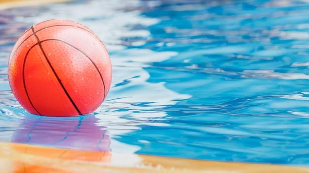 Basketbal speelgoed ballon bij het zwembad.