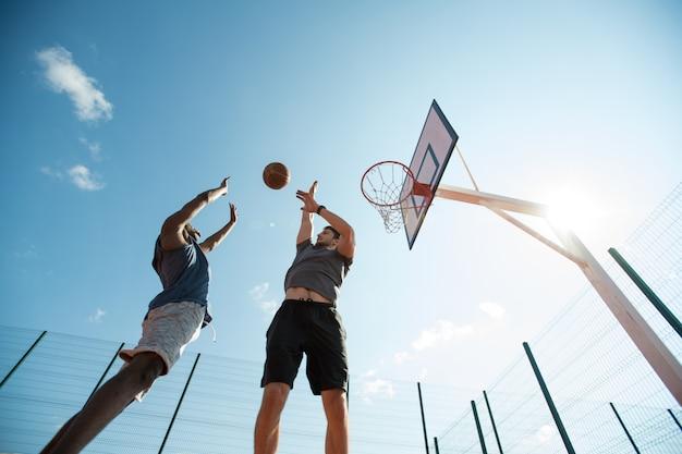 Basketbal spelen in zonlicht
