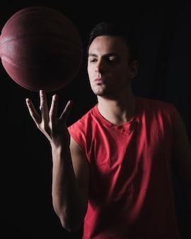 Basketbal speler met bal op de vingers