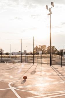 Basketbal voor het gerecht tijdens zonnige dag