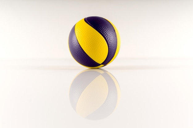 Basketbalbal met gele en paarse vlekken op een wit