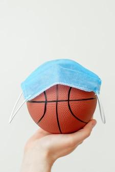 Basketbalbal met medisch masker