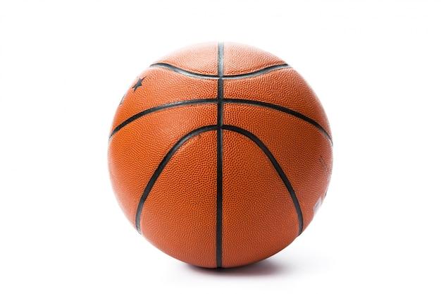 Basketbalbal over witte achtergrond.
