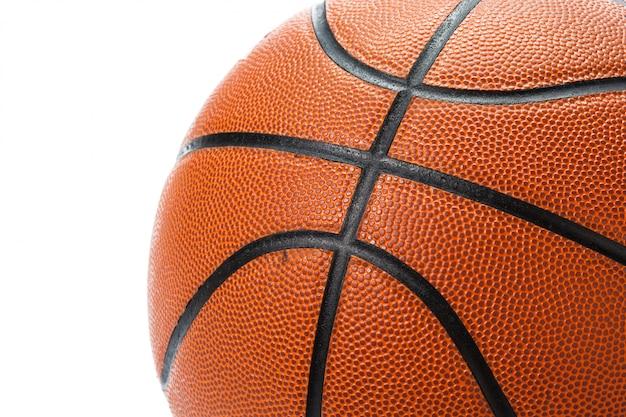 Basketbalbal over witte oppervlakte