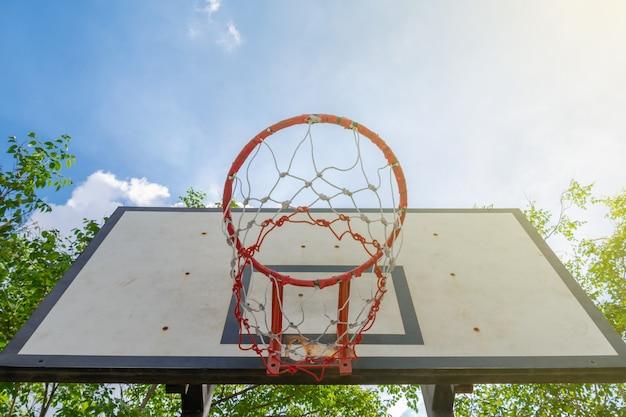 Basketbalhoepel in park tegen de blauwe hemel