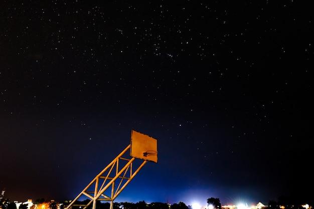 Basketbalhoepel met nachtscène en heldere sterren met blauw en purper licht van thailand