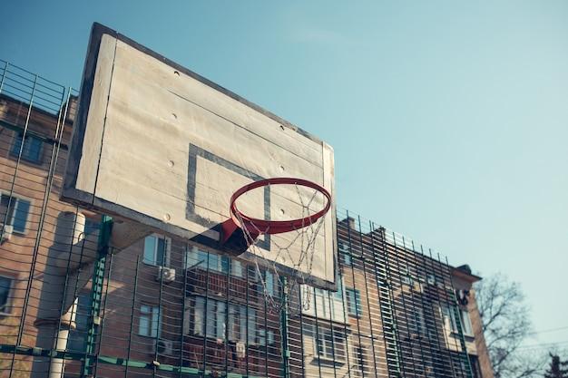 Basketbalhoepel met rugplank in woondistrict voor het spel van het straatbasketbal