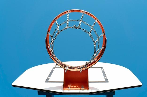 Basketbalmand op een blauwe hemelachtergrond