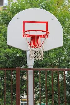 Basketbalmand op kinderspeelplaats in de tuin van huis